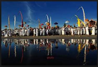 Melasti upacara sebelum Nyepi di Bali1