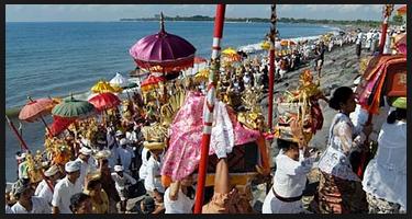 Melasti upacara sebelum Nyepi di Bali11