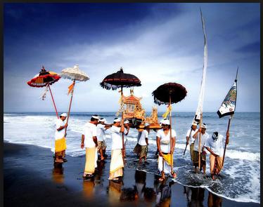 Melasti upacara sebelum Nyepi di Bali3