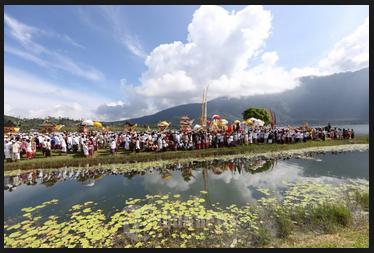Melasti upacara sebelum Nyepi di Bali4
