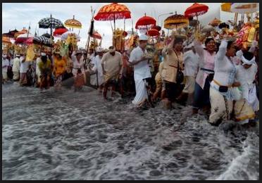 Melasti upacara sebelum Nyepi di Bali8