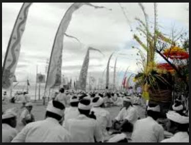 Melasti upacara sebelum Nyepi di Bali9